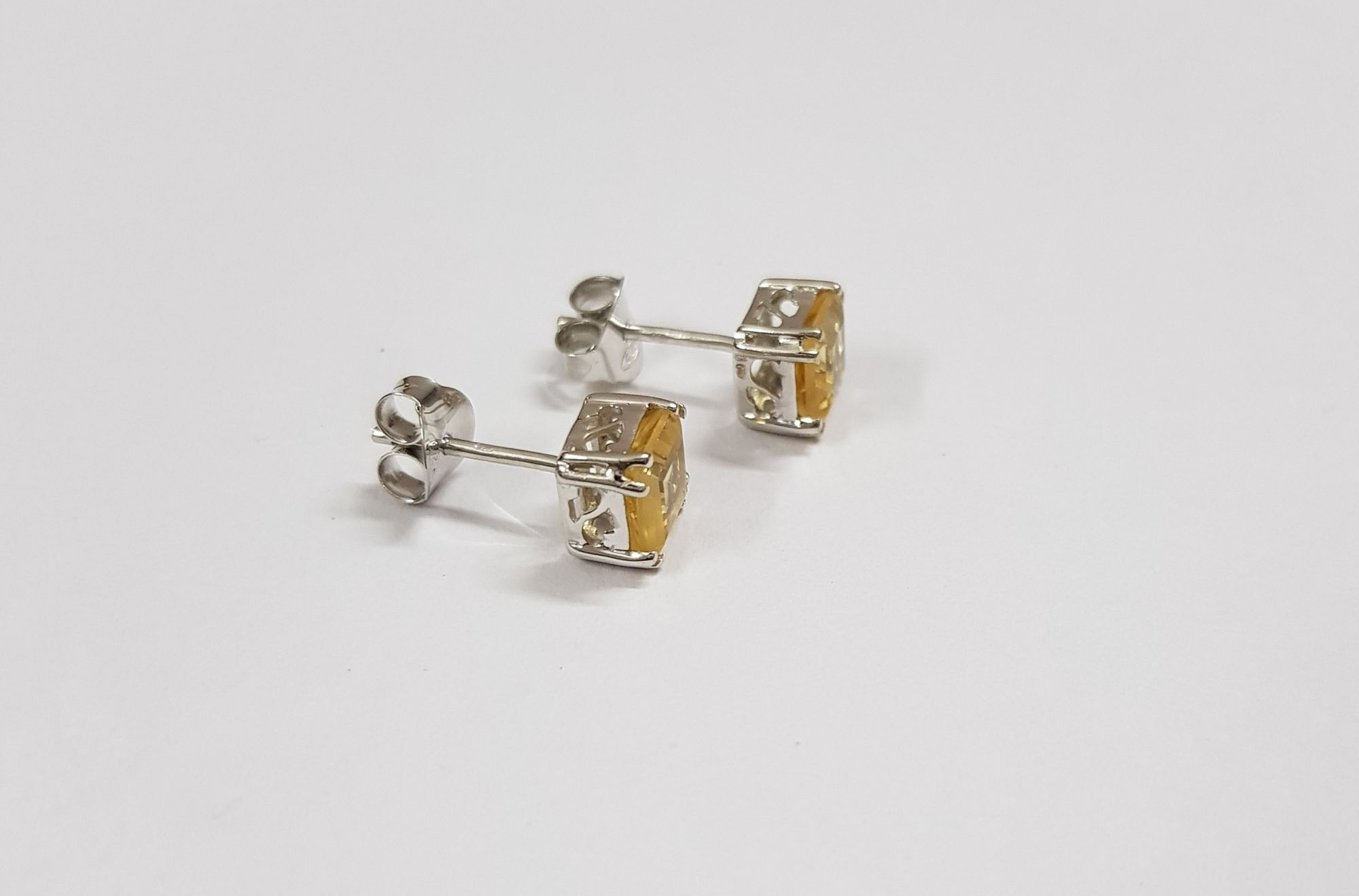 Ear stud with 6mm square