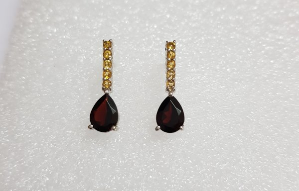 Ear Ring With Garnet & White Topaz