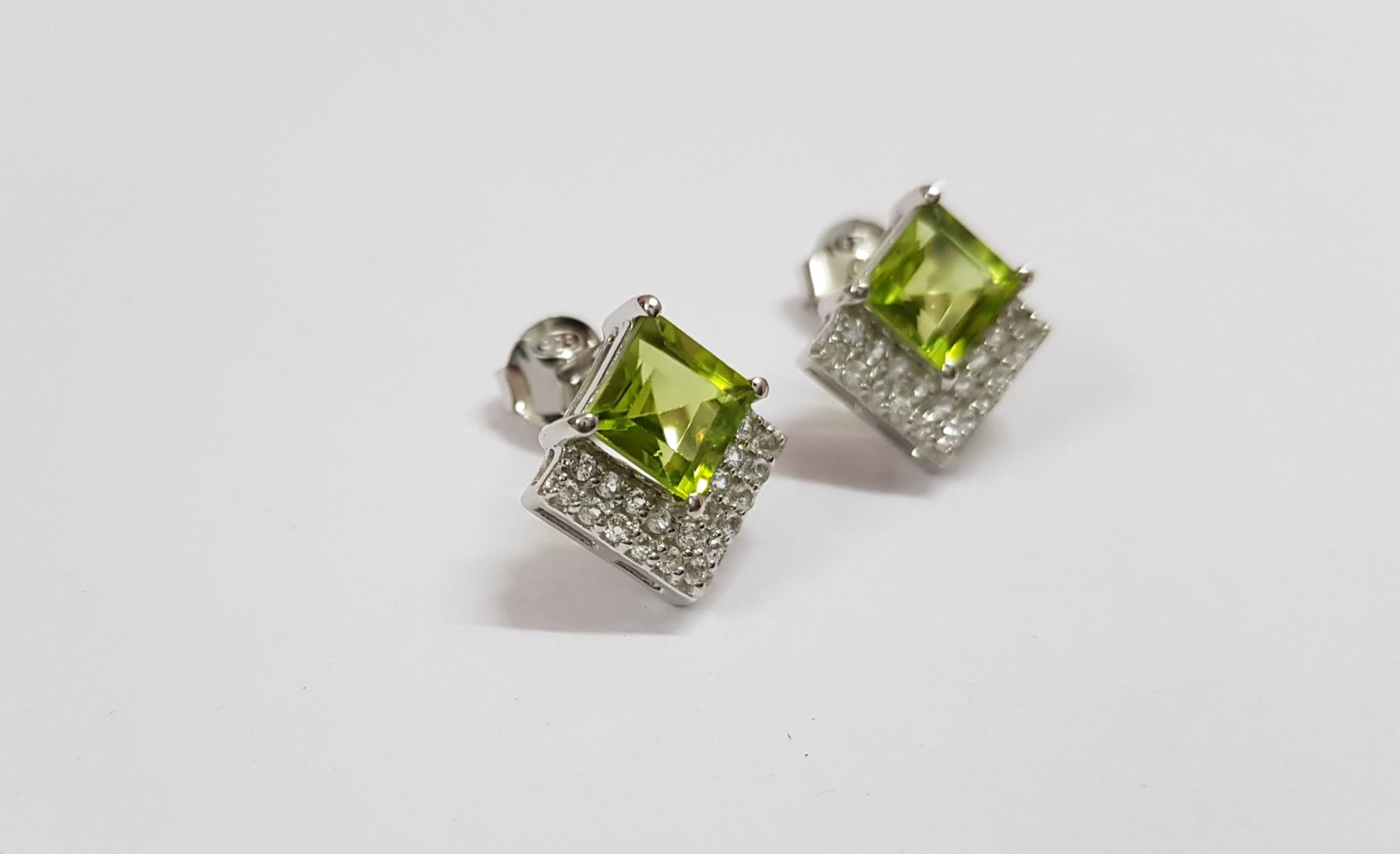 Ear Ring With Peridot and white topaz