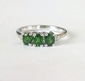 Chrome diopside trilogy ring