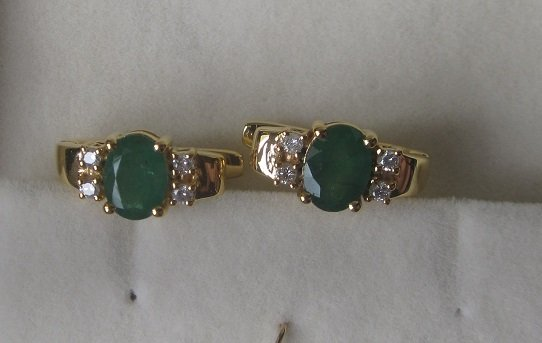 Ear Ring With Diamond and emerald