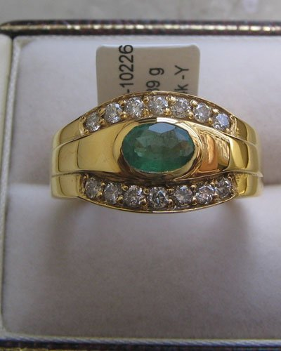 Gold Ring With Emerald & Diamonds