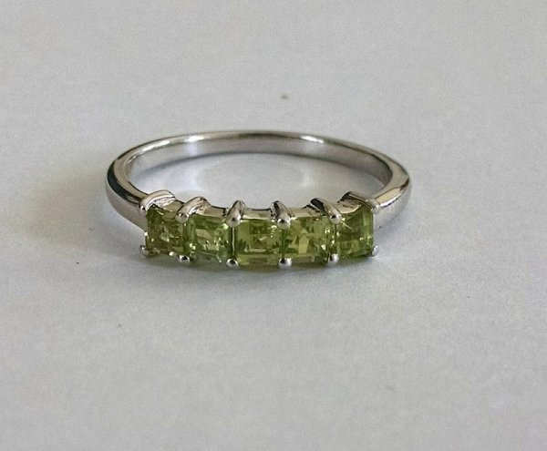 Peridot square band