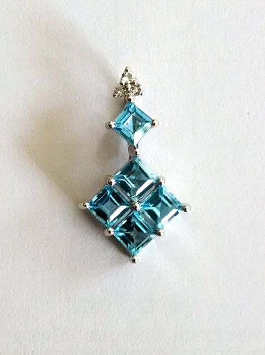 Square pendant in Swiss blue topaz